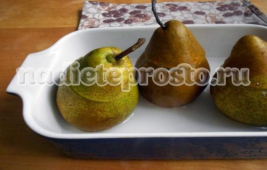 выложить груши в форму для запекания