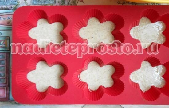 разложить тесто по формочкам