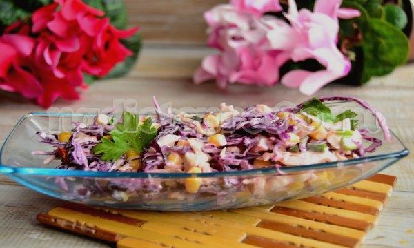Салат из красной и белой капусты с кукурузой
