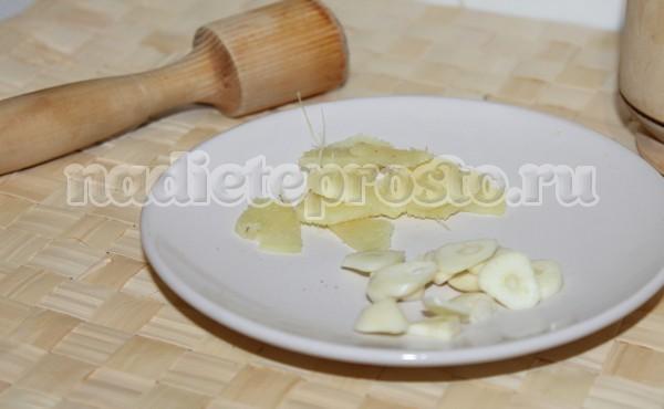 нарезать имбирь и чеснок