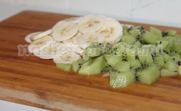 нарезать киви и банан