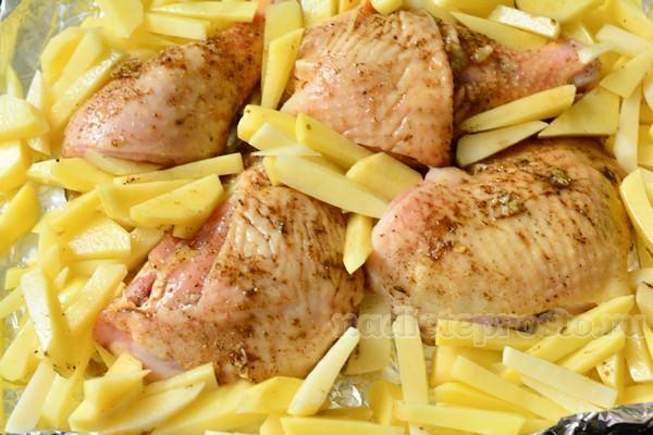 выложить на фольгу окорочка и картофель