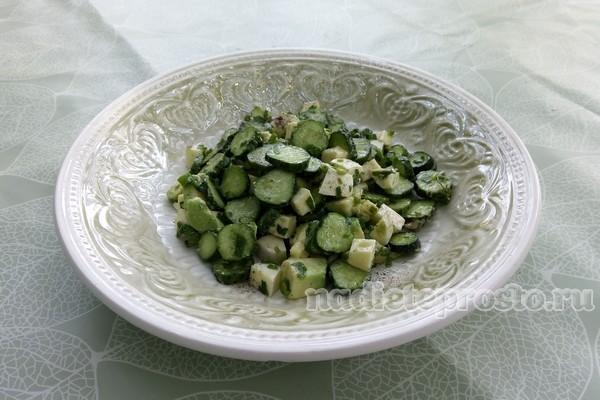 салат из авокадо со свежими огурцами и сыром готов