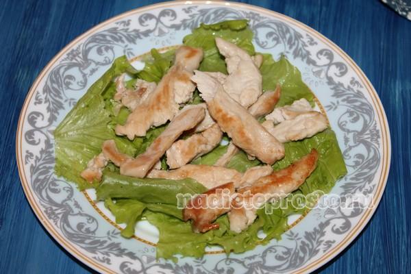на лист салата выложить курицу
