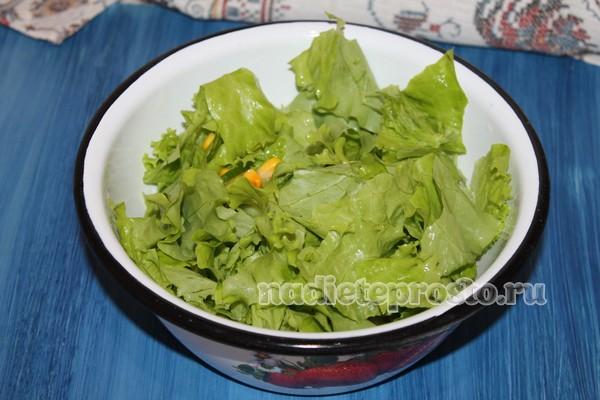 добавить салатные листья