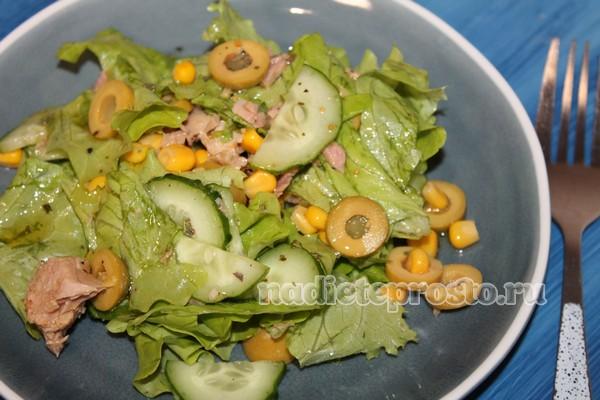 салат с тунцом, кукурузой и свежим огурцом