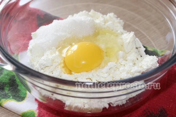 добавить яйцо, сахар и соль