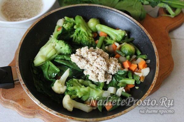 добавить крупу к овощам