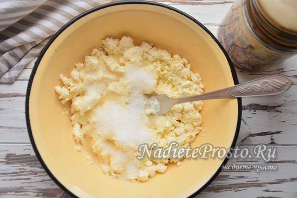 добавить соль, сахар и разрыхлитель