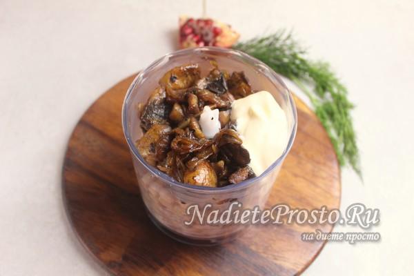 выложить в блендер фасоль и грибы